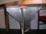 Tisch mit Edelstahl-Verzierung