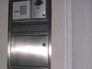 Zutrittskontrolle mit integriertem Briefkasten